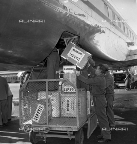 LLA-S-00X293-A004 - The pharmaceutical company Lepetit sends antibiotics from Ciampino airport to Hungary - Data dello scatto: 29/10/1955 - Luigi Leoni Archive / Alinari Archives