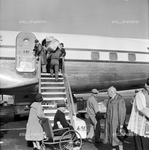 LLA-S-00X293-A005 - The pharmaceutical company Lepetit sends antibiotics from Ciampino airport to Hungary - Data dello scatto: 29/10/1955 - Luigi Leoni Archive / Alinari Archives