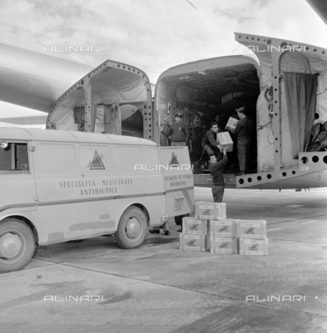 LLA-S-00X293-B001 - The pharmaceutical company Lepetit sends antibiotics from Ciampino airport to Hungary - Data dello scatto: 29/10/1955 - Luigi Leoni Archive / Alinari Archives