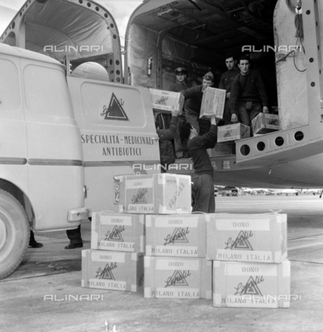 LLA-S-00X293-B002 - The pharmaceutical company Lepetit sends antibiotics from Ciampino airport to Hungary - Data dello scatto: 29/10/1955 - Luigi Leoni Archive / Alinari Archives