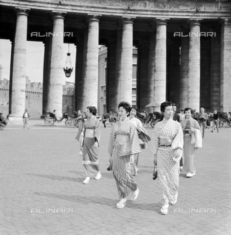 LLA-S-00X335-0001 - Japanese tourists in St. Peter's Square - Data dello scatto: 02/12/1954 - Luigi Leoni Archive / Alinari Archives