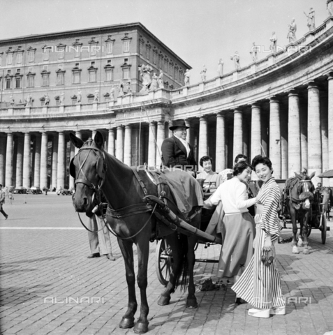 LLA-S-00X335-0002 - Japanese tourists in St. Peter's Square - Data dello scatto: 02/12/1954 - Luigi Leoni Archive / Alinari Archives