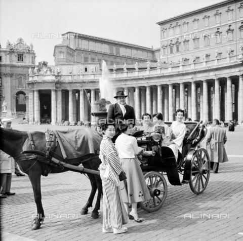 LLA-S-00X335-0003 - Japanese tourists in St. Peter's Square - Data dello scatto: 02/12/1954 - Luigi Leoni Archive / Alinari Archives