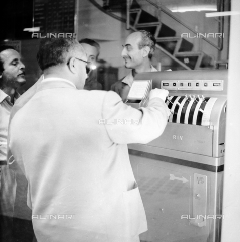 LLA-S-00X340-0001 - Lotto game machine - Data dello scatto: 24/07/1955 - Luigi Leoni Archive / Alinari Archives