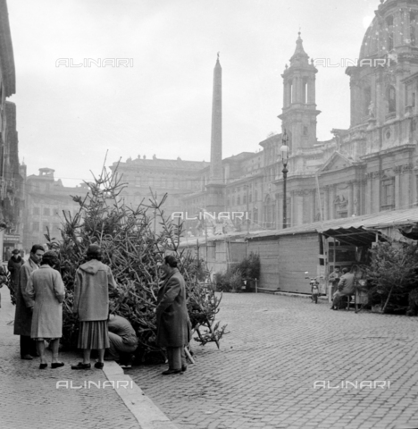 LLA-S-00X342-A001 - The traditional Christmas market in Piazza Navona in Rome: Christmas trees and stalls - Data dello scatto: 20/12/1955 - Luigi Leoni Archive / Alinari Archives