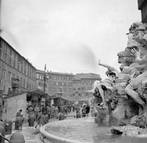 LLA-S-00X342-A002 - The traditional Christmas market in Piazza Navona in Rome - Data dello scatto: 20/12/1955 - Luigi Leoni Archive / Alinari Archives