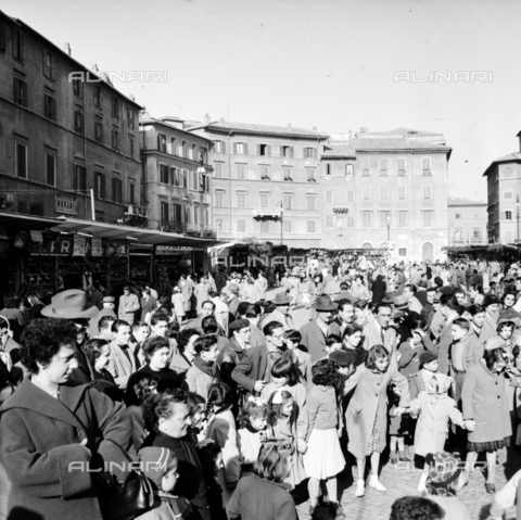 LLA-S-00X342-A003 - Crowd in Piazza Navona in Rome during the traditional Christmas market - Data dello scatto: 20/12/1955 - Luigi Leoni Archive / Alinari Archives