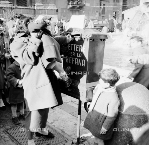 LLA-S-00X342-B001 - Letter box for the Befana in Piazza Navona in Rome during the traditional Christmas market - Data dello scatto: 20/12/1955 - Luigi Leoni Archive / Alinari Archives
