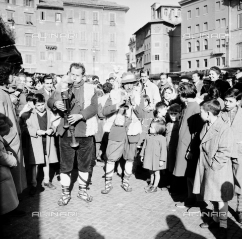 LLA-S-00X342-B002 - Zampognari in Piazza Navona in Rome during the traditional Christmas market - Data dello scatto: 20/12/1955 - Luigi Leoni Archive / Alinari Archives