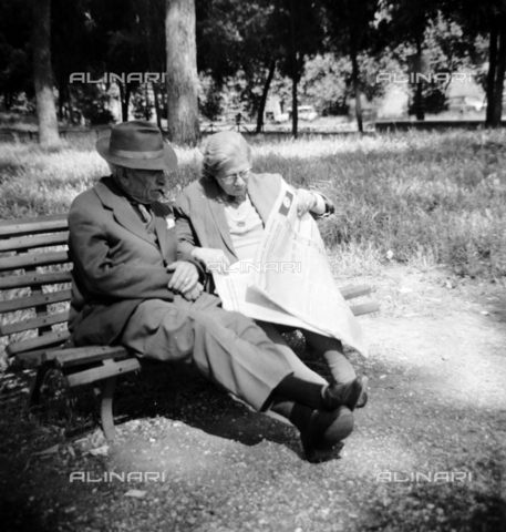 LLA-S-00X360-0001 - Elderly couple in a park - Data dello scatto: 18/05/1963 - Luigi Leoni Archive / Alinari Archives