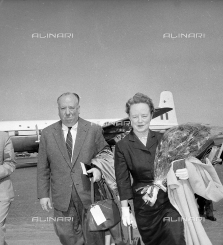 LLA-S-00X388-0001 - The English director Alfred Hitchcock (1899-1980) with his wife Alma at Ciampino airport - Data dello scatto: 28/06/1956 - Luigi Leoni Archive / Alinari Archives