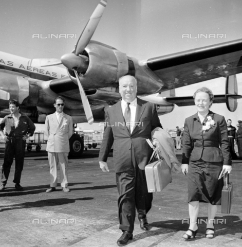 LLA-S-00X388-0002 - The English director Alfred Hitchcock (1899-1980) with his wife Alma at Ciampino airport - Data dello scatto: 28/06/1956 - Luigi Leoni Archive / Alinari Archives