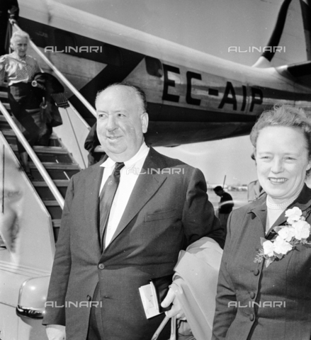 LLA-S-00X388-0003 - The English director Alfred Hitchcock (1899-1980) with his wife Alma at Ciampino airport - Data dello scatto: 28/06/1956 - Luigi Leoni Archive / Alinari Archives