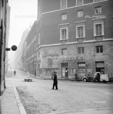 "LLA-S-00X777-0004 - The library ""Rinascita"" on the ground floor of the headquarters of the Communist Party called ""Bottegone"" in via delle Botteghe Oscure in Rome - Data dello scatto: 21/02/1956 - Luigi Leoni Archive / Alinari Archives"