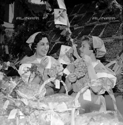 LLA-S-00X950-0001 - The grape festival in the Basilica of Maxentius in Rome: two women in traditional clothes - Data dello scatto: 1955-1956 - Luigi Leoni Archive / Alinari Archives