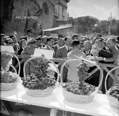 LLA-S-00X950-0003 - The grape festival in the Basilica of Maxentius in Rome - Data dello scatto: 1955-1956 - Luigi Leoni Archive / Alinari Archives