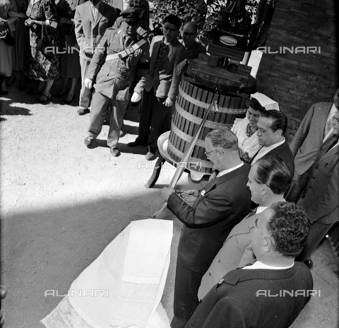 LLA-S-00X950-0012 - The grape festival in the Basilica of Maxentius in Rome: cutting the ribbon - Data dello scatto: 1955-1956 - Luigi Leoni Archive / Alinari Archives