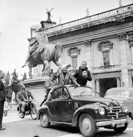 LLA-S-00X951-0001 - Group of university freshmen in Piazza del Campidoglio in Rome - Data dello scatto: 14/09/1955 - Luigi Leoni Archive / Alinari Archives