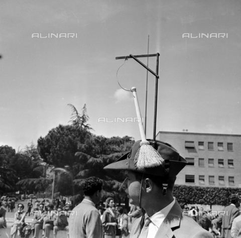 LLA-S-00X951-0002 - Feast of university freshmen at La Sapienza in Rome: a boy with a goliardic felucca - Data dello scatto: 14/09/1955 - Luigi Leoni Archive / Alinari Archives