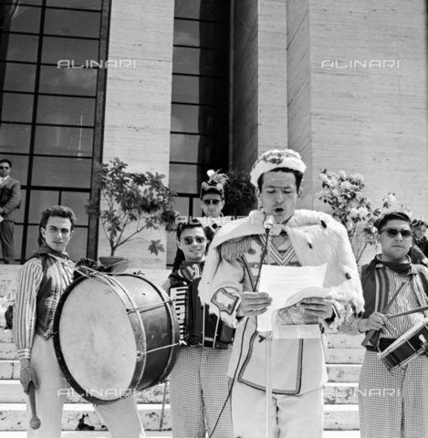 LLA-S-00X951-0005 - Feast of university freshmen at La Sapienza in Rome - Data dello scatto: 14/09/1955 - Luigi Leoni Archive / Alinari Archives