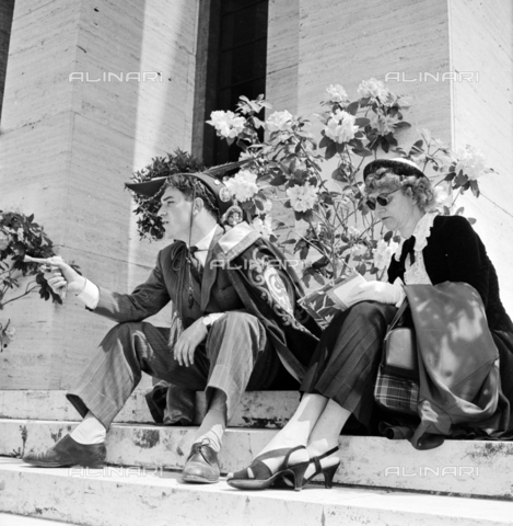 LLA-S-00X951-0007 - Festival of freshmen at the Sapienza University in Rome: the funny young man wearing the felucca - Data dello scatto: 14/09/1955 - Luigi Leoni Archive / Alinari Archives
