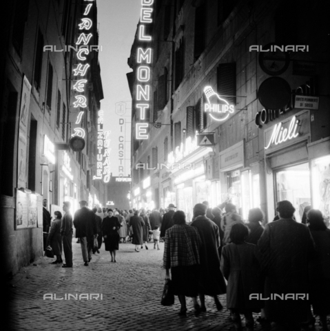 LLA-S-00X953-0001 - Rome at night: crowd of pedestrians in the historic center - Data dello scatto: 23/09/1955 - Luigi Leoni Archive / Alinari Archives