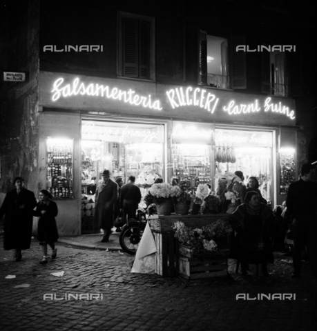 LLA-S-00X953-0003 - Salsamenteria in the Campo dei Fiori square (de 'Fiori) in Rome - Data dello scatto: 23/09/1955 - Luigi Leoni Archive / Alinari Archives