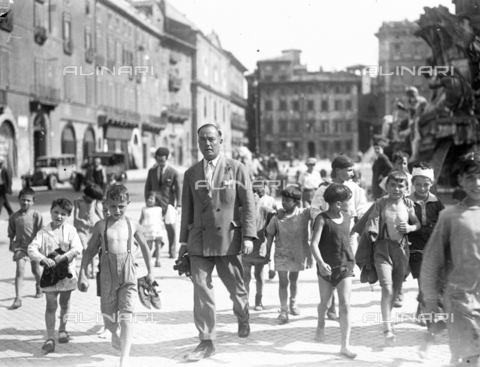 LLA-S-A00028-0002 - Photographer surrounded by a group of children in Piazza Navona in Rome - Date of photography: 01/06/1930-31/08/1930 - Luigi Leoni Archive / Alinari Archives