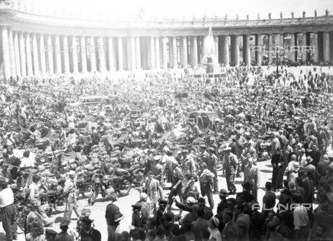 LLA-S-A00086-0002 - Raduno motociclistico in Piazza San Pietro - Data dello scatto: 1949 - Archivio Luigi Leoni / Archivi Alinari