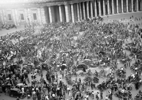 LLA-S-A00086-0003 - Raduno motociclistico in Piazza San Pietro - Data dello scatto: 1949 - Archivio Luigi Leoni / Archivi Alinari