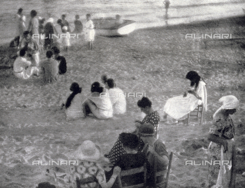 LOB-S-000924-0039 - Groups of women, young people and children waiting for the sunset, conversing on the beach of Varazze - Data dello scatto: 1923-1924 - Archivi Alinari, Firenze