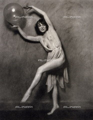 LOB-S-000926-0019 - Ritratto di Lilian Powel in succinti abiti di scena. L'artista esegue un passo di danza tenendo fra le mani un palloncino - Data dello scatto: 1925-1926 - Archivi Alinari, Firenze