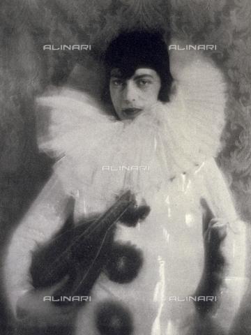 LOB-S-000926-0039 - Ritratto di un giovane uomo in costume da Pierrot - Data dello scatto: 1925-1926 - Archivi Alinari, Firenze