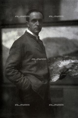 LOB-S-000927-0008 - Ritratto a tre quarti di figura di Cesare Maggi. Il pittore, vestito col camiciotto da lavoro, tiene con la mano sinistra la tavolozza dei colori. Sullo sfondo la tela a cui sta lavorando - Data dello scatto: 1926-1927 - Archivi Alinari, Firenze