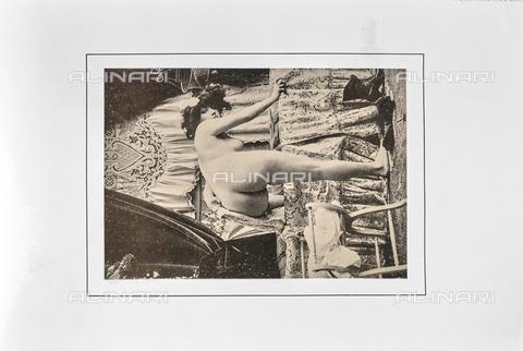 """LVQ-L-000215-P029 - Naked woman entering the bathtub, photography taken from the dossier """"Le Deshabillé documentaire. Etude artistique Illustrée de Cent compositions photographiques d'après Nature"""", 2 Fascicule, J. B. de la Hoà¼e, Nouvelle Librairie Artistique 7-9 Rue de la Boà«tie, Paris - Date of photography: 1900-1910 ca. - Fratelli Alinari Museum Collections, Florence"""