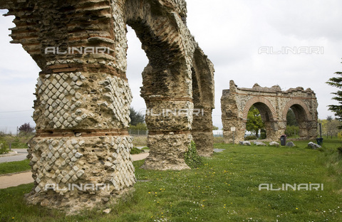 MBA-F-063285-0000 - Ruins of Roman aqueduct Gier in Chaponost - Data dello scatto: 18/07/2008 - Schtze-Rodemann / Bildarchiv Monheim / Alinari Archives