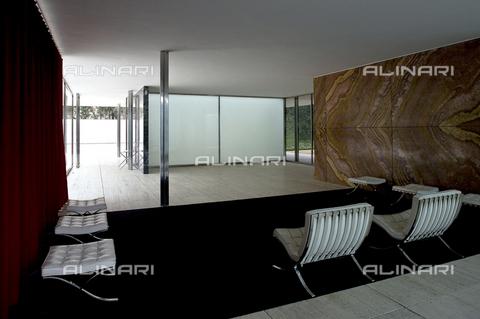 MBA-F-071028-0000 - Esposizione universale di Barcellona nel 1929: interno del Padiglione di Barcellona (padiglione tedesco) realizzato da Ludwig Mies van der Rohe. Dopo l'esposizione la struttura fu demolita e ricostruita tra il 1983 e il 1989 - Schütze-Rodemann / Bildarchiv Monheim / Archivi Alinari