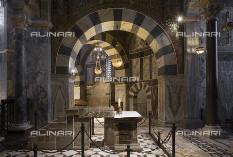 MBA-F-085274-0000 - Trono di Carlo Magno conservato nella Cappella Palatina all'interno della Cattedrale di Aquisgrana - Florian Monheim / Bildarchiv Monheim / Archivi Alinari