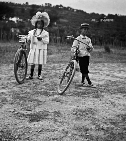 MFA-S-0SN284-000D - Portrait of two children with their bicycles