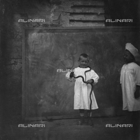 MFA-S-0SN391-000S - Portrait of two children, one of them holding a serpent in his hand - Data dello scatto: 1900 ca. - Archivi Alinari, Firenze