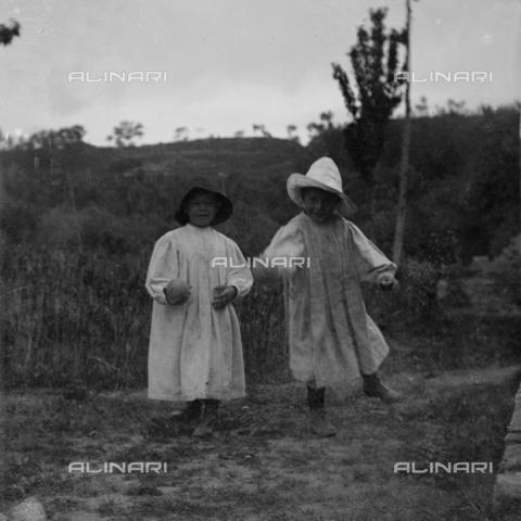 MFA-S-0SN393-000S - Portrait of two children in traditional clothes playing in the countryside - Data dello scatto: 1900 ca. - Archivi Alinari, Firenze