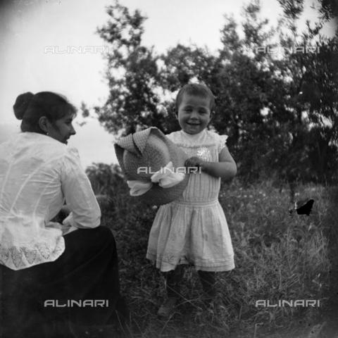 MFA-S-0SN402-000D - Portrait of womanwith a girl holding a hat in her hands - Data dello scatto: 1900 ca. - Archivi Alinari, Firenze