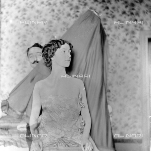 MFA-S-0SN407-000S - Portrait of Lina Cavalieri; behind her a man holding a sheet - Date of photography: 1909 - Alinari Archives-Michetti Archive, Florence