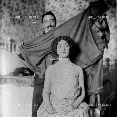 MFA-S-0SN411-000D - Portrait of Lina Cavalieri; behind her a man holding a sheet - Data dello scatto: 1909 - Archivi Alinari, Firenze