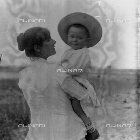 MFA-S-0SN419-000S - Portrait of woman holding a child in her arms - Data dello scatto: 1900 ca. - Archivi Alinari, Firenze