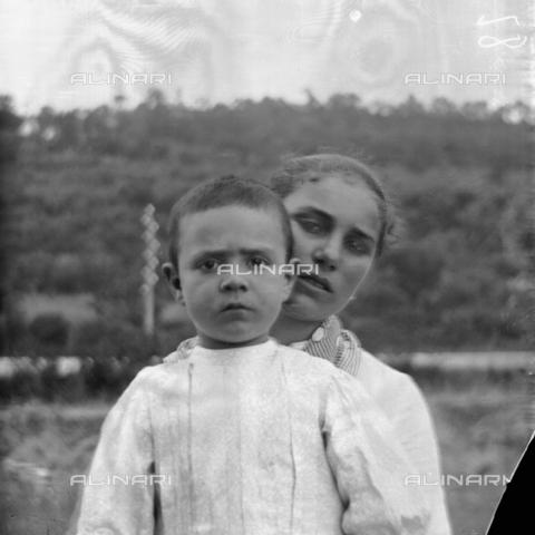 MFA-S-0SN424-000D - Portrait of woman holding a child in her arms - Data dello scatto: 1900 ca. - Archivi Alinari, Firenze