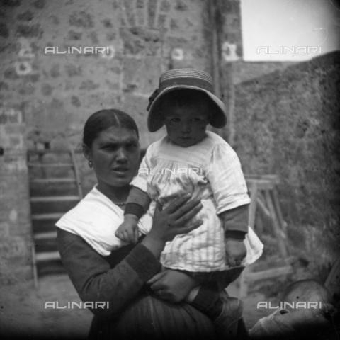 MFA-S-0SN426-000D - Portrait of woman holding a child in her arms - Data dello scatto: 1900 ca. - Archivi Alinari, Firenze