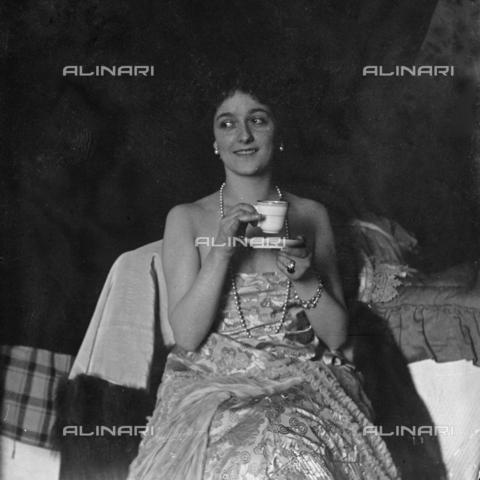 MFA-S-0SN441-000S - Portrait of Lina Cavalieri drinking a cup of coffee - Data dello scatto: 1909 - Archivi Alinari, Firenze