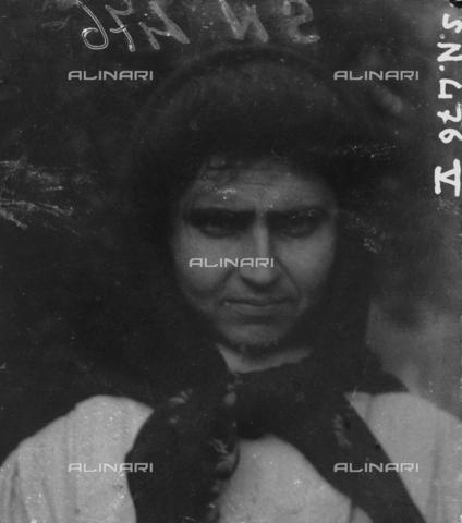 MFA-S-0SN476-000V - Portrait of a woman wearing a headscarf - Data dello scatto: 1900 ca. - Archivi Alinari, Firenze
