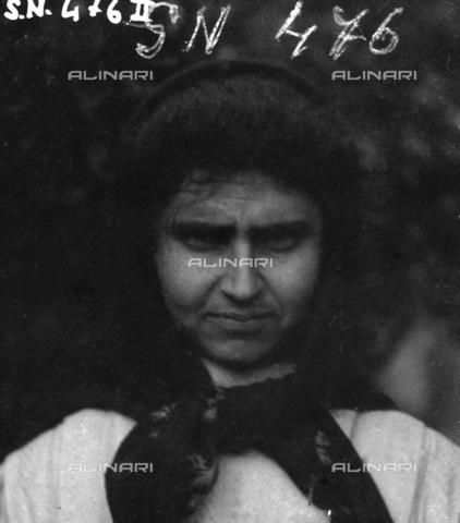 MFA-S-0SN476-00II - Portrait of a woman wearing a headscarf - Data dello scatto: 1900 ca. - Archivi Alinari, Firenze
